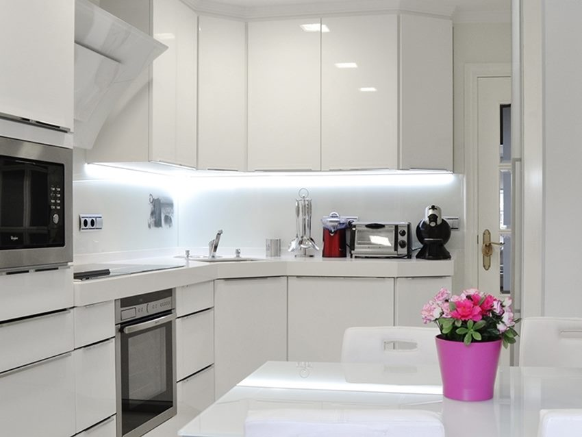 Белый кухонный гарнитур в стиле хай-тек