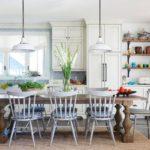 Белая кухня в интерьере загородного дома