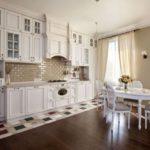 Белая мебель на кухне с французскими мотивами