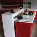 Бело-красная кухня с выдвижной барной стойкой