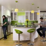 Бело-зеленая кухня с полукруглой барной стойкой
