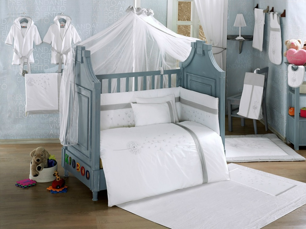 Белое белью в кроватке для младенца