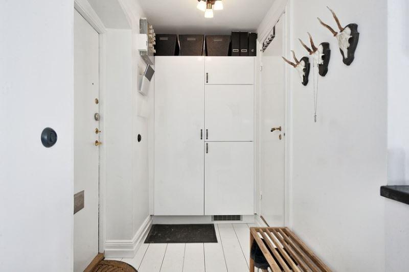 Белые межкомнатные двери в дизайне небольшого коридора