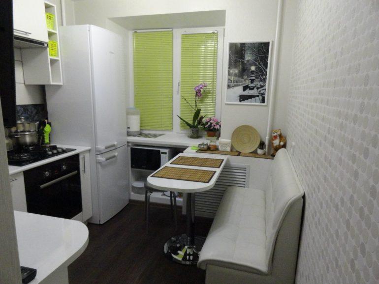 Кухня в белом цвете на площади в 6 квадратных метров