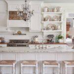 Белый и кофейный - отличное сочетание для оформления прованской кухни
