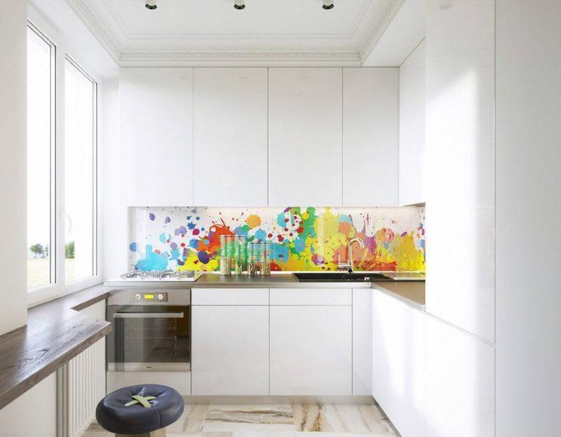 Белая кухня с фасадами до потолка