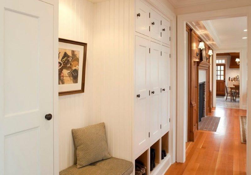 Встроенный шкаф в коридоре загородного дома