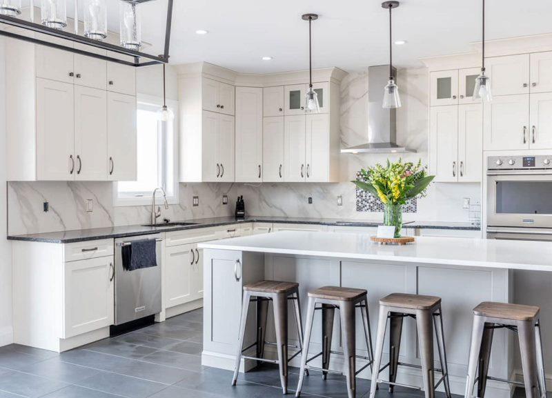 Белый кухонный гарнитур угловой планировки