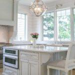 Белый утонченный вариант маленькой кухни