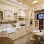 Бежевая кухня с элементами декора в стиле декупаж