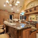 Большая барная стойка на классической кухне
