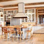 Большая белая кухня с деревянными балками