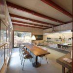 Большая светлая кухня в стиле лофт без традиционной мебели