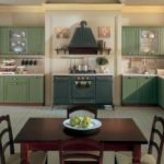 Большая зеленая кухня со стеклянными шкафчиками для декора