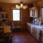 Бревенчатое оформление кухни в дачном домике