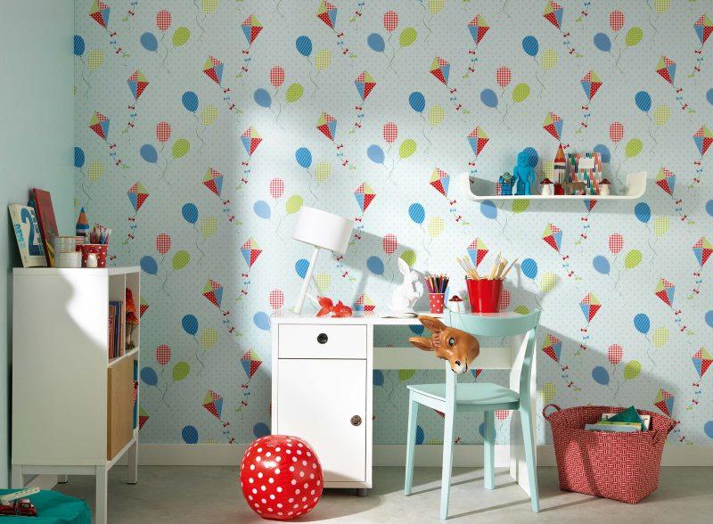 Бумажные обои на стене детской комнаты