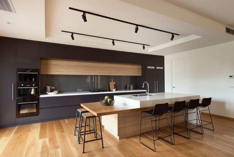 Черный кухонный гарнитур с ореховой вставкой