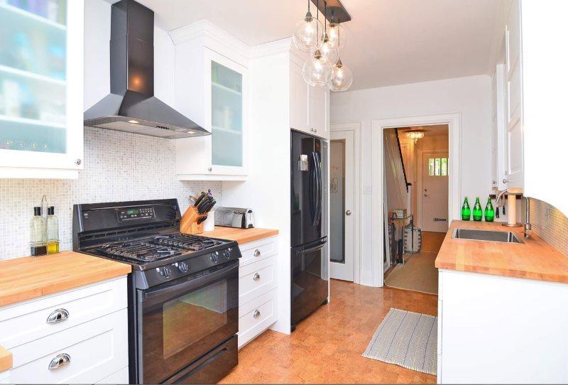 Черная газовая плита в интерьере кухни частного дома