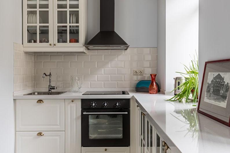 Маленькая кухня с рабочей поверхностью вместо подоконника