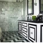 Черно-белая ванная комната с необычным орнаментом
