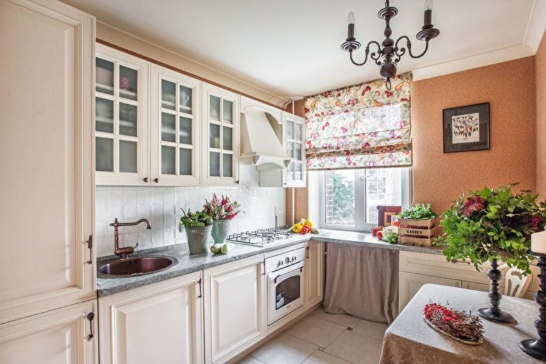 Римские шторы на окне небольшой кухни
