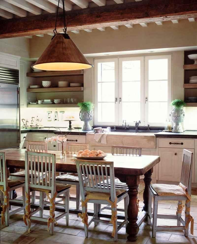 Деревянная балка на потолке кухни