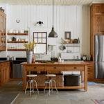 Деревянная кухня для загородного дома в стиле кантри
