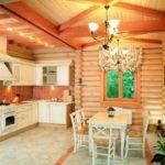 Деревянная кухня с полом из керамической плитки