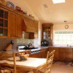 Деревянная мебель на кухне на мансардном этаже
