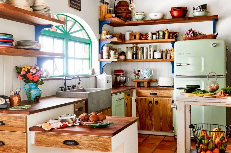 Деревянная мебель в интерьере кухни площадью в 10 кв метров