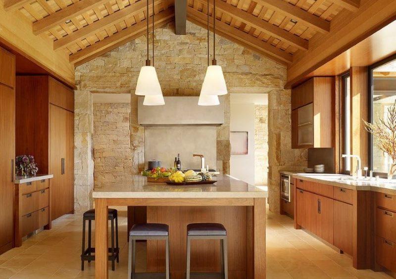 Деревянная отделка потолка кухни загородного дома