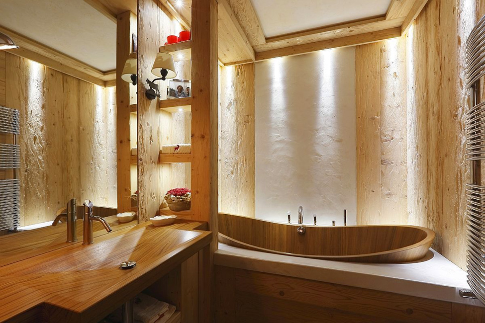 Натуральное дерево в интерьере модной ванной комнаты