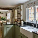 Деревянные балки для разделения кухонной и обеденной зоны у камина