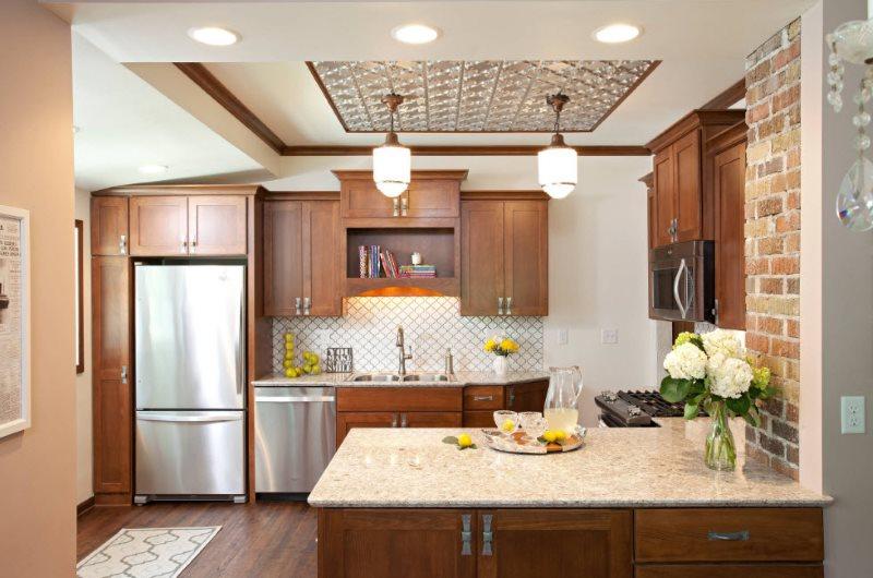 Сочетание коричневых фасадов мебели с белыми стенами кухни