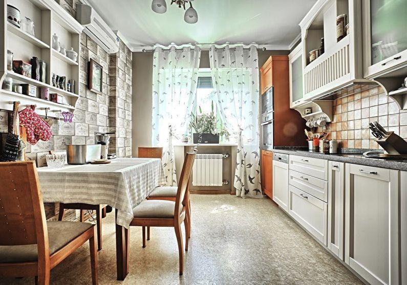 Деревянные стулья на кухне в деревенском доме