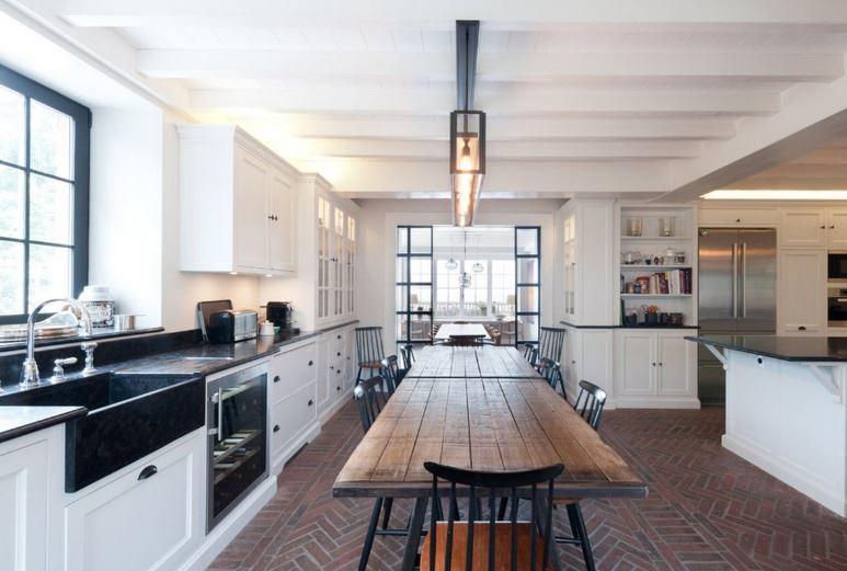 Акценты черного цвета в белоснежной кухне