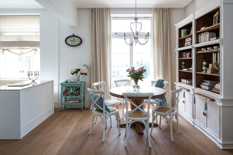 Деревянный пол в кухне классического стиля