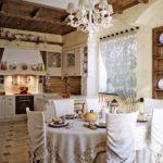 Деревянный потолок на кухне с оригинальным оформлением