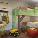 Зеленые кровати в два яруса
