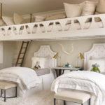 Белый текстиль на детских кроватях