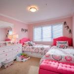 Розовая мебель в комнате девочек подростков