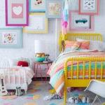 Картины из детских рисунков на белой стене