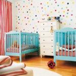 Синие кроватки для малышей одного возраста
