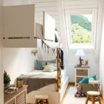 Кровати в узкой детской частного дома