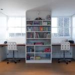 Книжный стеллаж между письменными столами