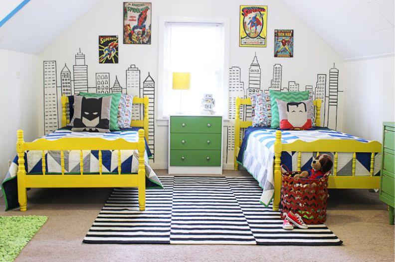 Желтые детские кровати и полосатый ковер