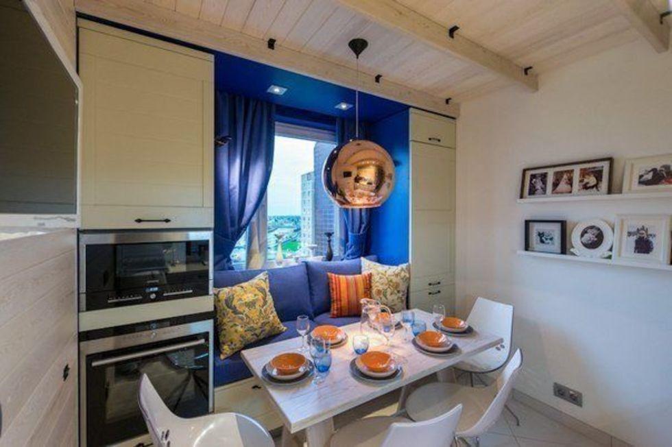 Интерьер кухни с диваном у окна