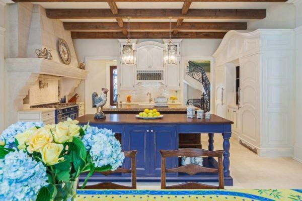 Дизайн кухни прованс с синими оттенками
