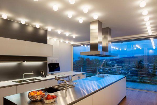 Окно на кухне во всю стену