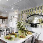 ля белоснежной кухни с множеством элементов стиля модерн выполнение акцентной стены с помощью трехцветных обоев стало центром фокусировки внимания